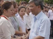 Tin tức trong ngày - Clip: Hàng trăm người rơi nước mắt chia tay Viện trưởng Viện Huyết học về nghỉ hưu