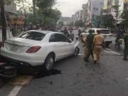 Xế hộp gây tai nạn liên hoàn, tài xế cố thủ trong xe
