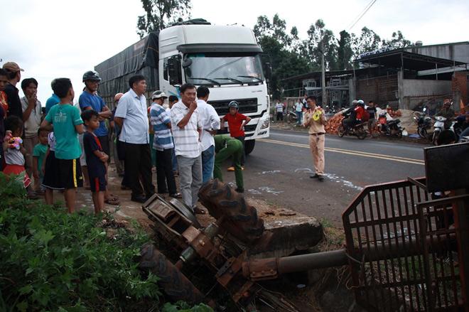 BIẾN CĂNG : Xe tải tông xe công nông chở đoàn múa lân đón Tết Trung thu