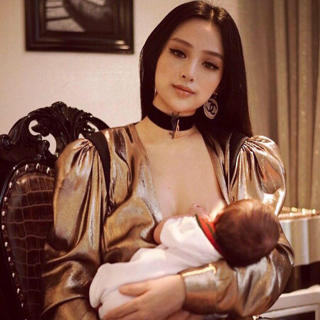 Huyền Baby đến cho con bú cũng đẹp đến nao lòng - 1