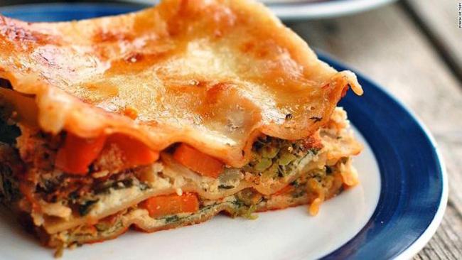 Lasagna - Ý: Xếp thứ 2 trong danh sách những món ăn phải thử khi tới Ý, lasagna gồm nhiều lớp mỳ xếp chồng lên nhau, kẹp giữa là nhân với sốt cà chua và thịt băm, món ăn này hấp dẫn từ người lớn cho tới trẻ nhỏ.