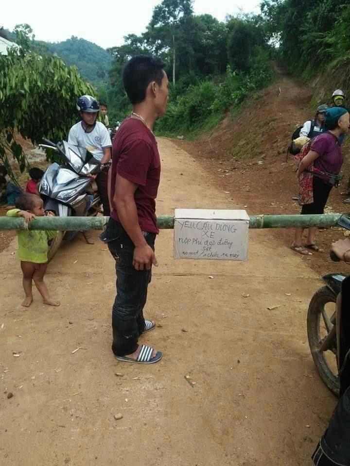 """""""BOT làng"""" ở Lai Châu: Dân dùng tre lập chốt, thu phí 50.000 đồng/lượt xe - 1"""