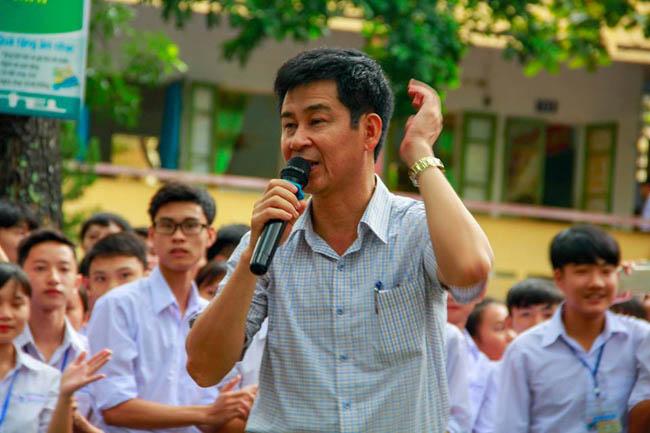 Ninh Bình: Hiệu trưởng chuyển công tác, hàng trăm học sinh xếp hàng khóc nức nở - 10