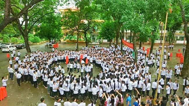 Ninh Bình: Hiệu trưởng chuyển công tác, hàng trăm học sinh xếp hàng khóc nức nở - 2
