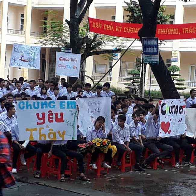 Ninh Bình: Hiệu trưởng chuyển công tác, hàng trăm học sinh xếp hàng khóc nức nở - 5