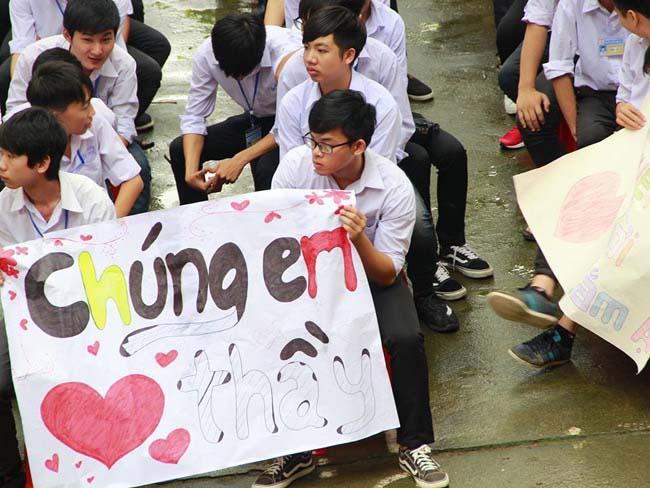 Ninh Bình: Hiệu trưởng chuyển công tác, hàng trăm học sinh xếp hàng khóc nức nở - 6