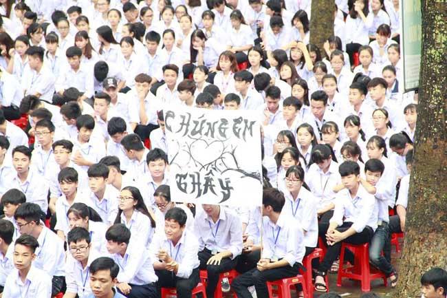 Ninh Bình: Hiệu trưởng chuyển công tác, hàng trăm học sinh xếp hàng khóc nức nở - 7
