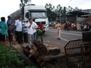 Xe tải tông xe công nông chở đoàn múa lân đón Tết Trung thu