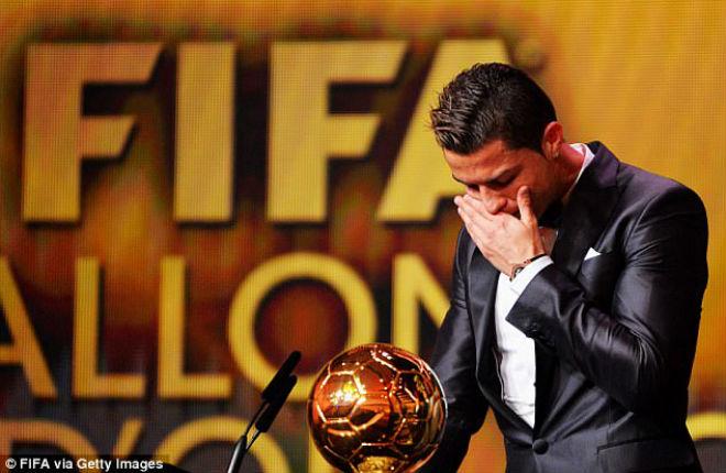 Ronaldo bán Quả bóng vàng 18 tỷ đồng, vượt vua Pele thành huyền thoại
