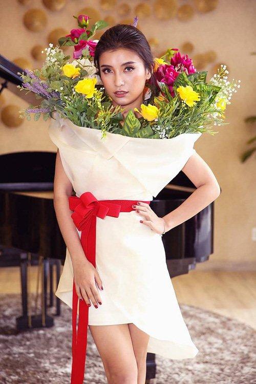 Hết hồn khi thấy cháu gái Lam Trường mặc bình hoa di động quá kỳ dị