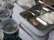 Giáo dục - du học - Thực hư bữa trưa đạm bạc của học sinh chỉ có 1 miếng cá và rau muống