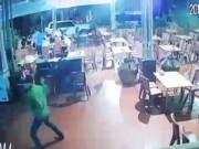 An ninh Xã hội - Chủ tiệm massage chân bị 2 kẻ bịt mặt cầm kiếm truy sát