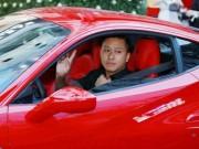Tuấn Hưng khó khăn tìm chỗ đỗ siêu xe Ferrari 15 tỷ đồng trên phố cổ
