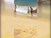 Cô gái mặc bikini bị sóng cuốn phăng khi đang tạo dáng