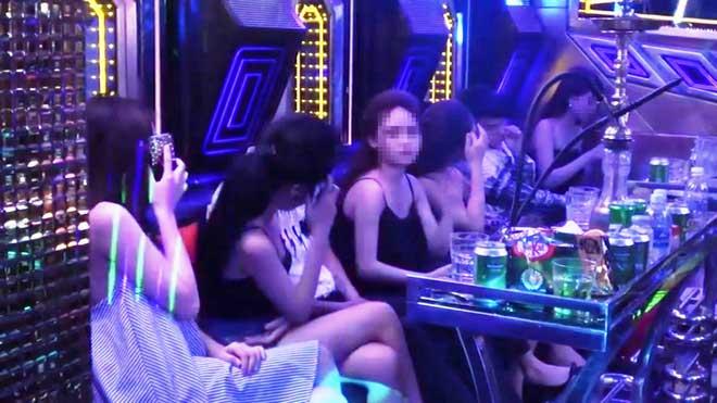 """Gần 100 nam nữ """"thác loạn"""" trong karaoke """"chui"""" giữa Sài Gòn"""