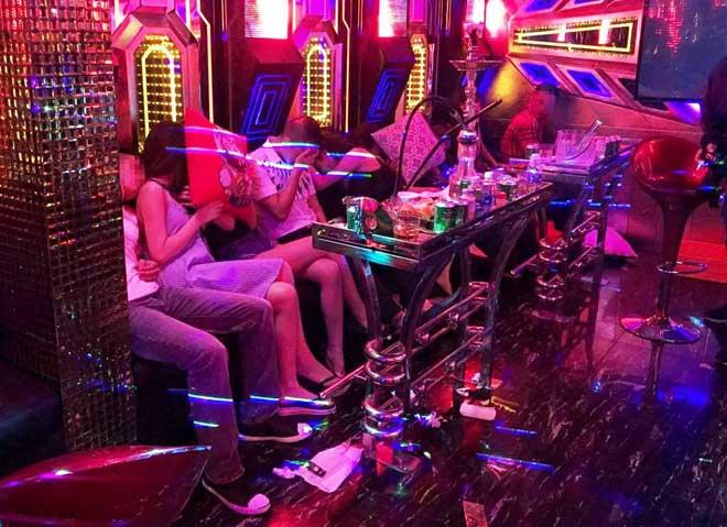 """Gần 100 nam nữ """"thác loạn"""" trong karaoke """"chui"""" giữa Sài Gòn - 2"""