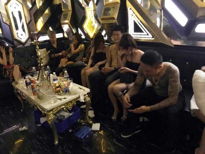 """Gần 100 nam nữ """"thác loạn"""" trong karaoke """"chui"""" giữa Sài Gòn - 3"""