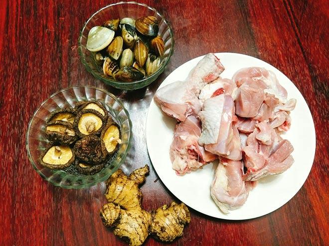 Canh thịt gà nấu nấm hương ngọt thanh, bổ dưỡng cho ngày thu mát mẻ - 2