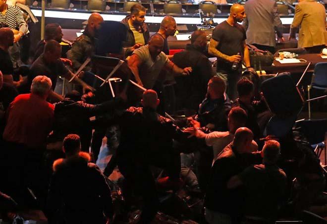 Bãi chiến trường boxing: Võ sỹ chưa thượng đài, fan đã choảng nhau vỡ đầu 4