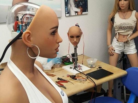 """Tại sao nhiều đàn ông thích """"lên giường"""" với robot? - 1"""