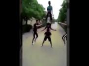 Clip trai trẻ trổ tài xếp hình khiến người xem thích thú
