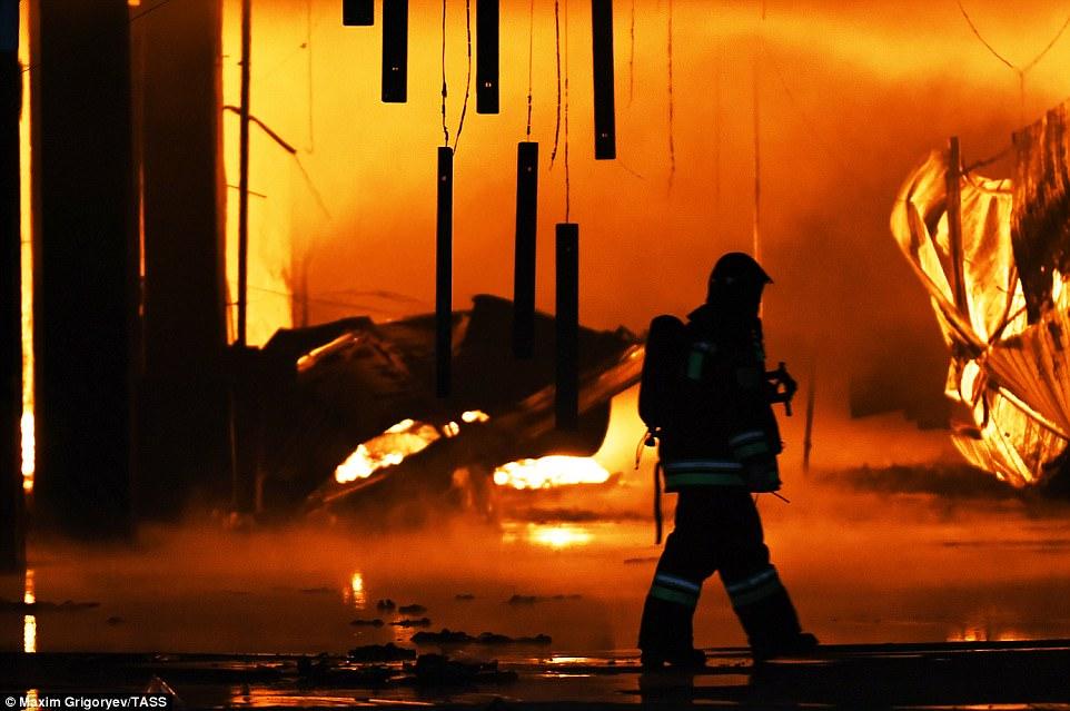 Cháy chợ khủng khiếp ở Nga, bầu trời như tận thế - 2