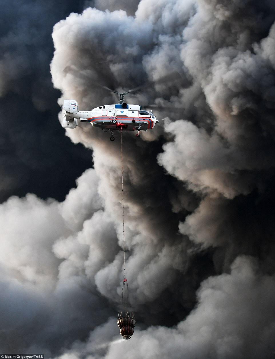 Cháy chợ khủng khiếp ở Nga, bầu trời như tận thế - 3