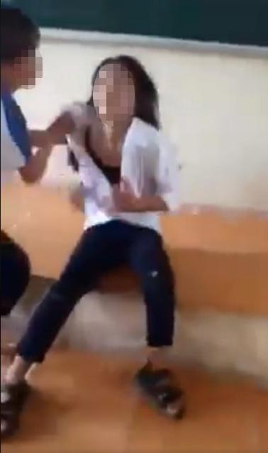 Nữ sinh cấp 2 bị bạn đánh dã man, xé áo hở cả nội y trên bục giảng - 2