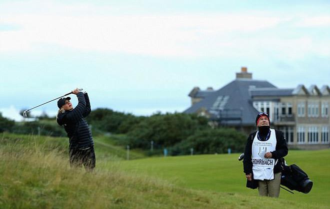 Golf 24/7: Siêu mẫu bốc lửa trổ tài, cả sân lác mắt 3
