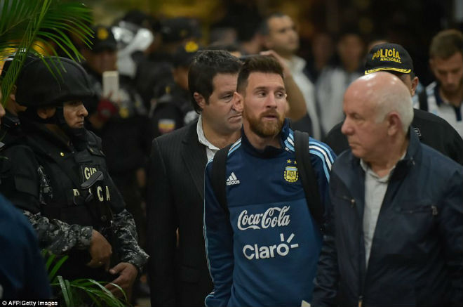 Messi tái mặt sợ lỡ World Cup, Neymar mời rượu Ronaldo - 1