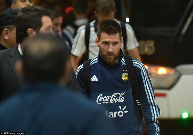 Messi tái mặt sợ lỡ World Cup, Neymar mời rượu Ronaldo - 2