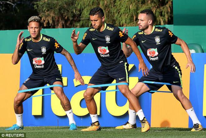 Messi tái mặt sợ lỡ World Cup, Neymar mời rượu Ronaldo - 8