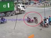 Chạy xe máy cắt mặt container, thanh niên tông bay 2 người