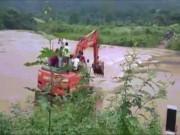Cả làng hồi hộp ra ngóng máy xúc vượt sông đón dâu ở Lạng Sơn