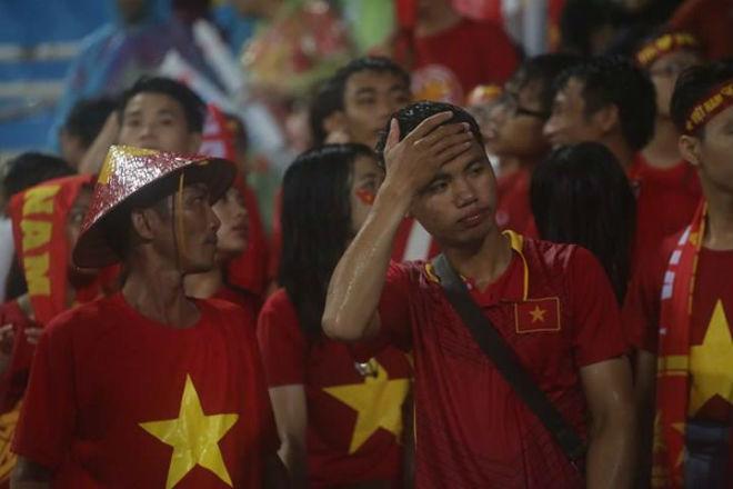 """Thiếu nữ Việt đẫm nước mưa, nhuộm đỏ Mỹ Đình """"sưởi ấm"""" Công Phượng, """"Đức Eto""""o"""" 7"""
