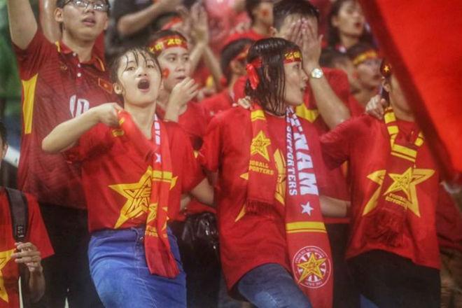 """Thiếu nữ Việt đẫm nước mưa, nhuộm đỏ Mỹ Đình """"sưởi ấm"""" Công Phượng, """"Đức Eto""""o"""" 12"""