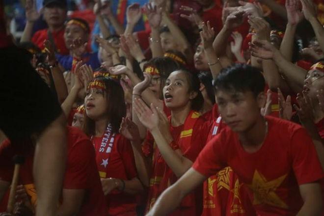 """Thiếu nữ Việt đẫm nước mưa, nhuộm đỏ Mỹ Đình """"sưởi ấm"""" Công Phượng, """"Đức Eto""""o"""" 2"""