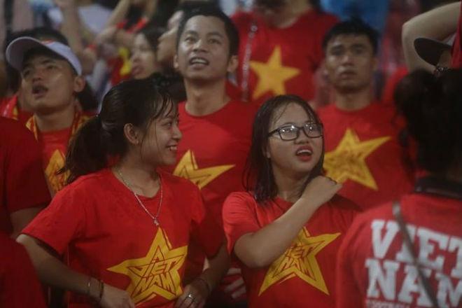 """Thiếu nữ Việt đẫm nước mưa, nhuộm đỏ Mỹ Đình """"sưởi ấm"""" Công Phượng, """"Đức Eto""""o"""" 3"""