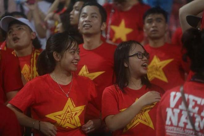 """Thiếu nữ Việt đẫm nước mưa, nhuộm đỏ Mỹ Đình """"sưởi ấm"""" Công Phượng, """"Đức Eto""""o"""" 4"""