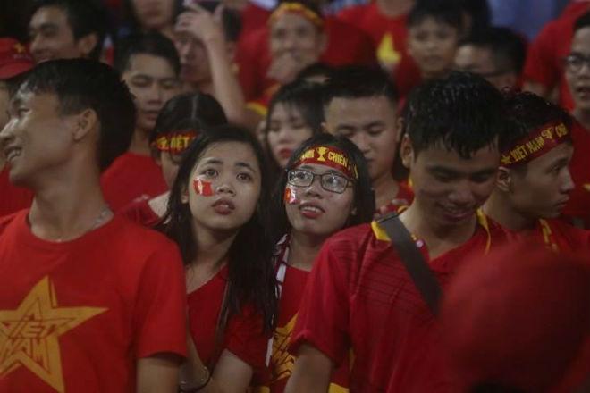 """Thiếu nữ Việt đẫm nước mưa, nhuộm đỏ Mỹ Đình """"sưởi ấm"""" Công Phượng, """"Đức Eto""""o"""" 6"""