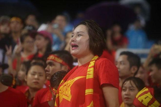 """Thiếu nữ Việt đẫm nước mưa, nhuộm đỏ Mỹ Đình """"sưởi ấm"""" Công Phượng, """"Đức Eto""""o"""" 8"""