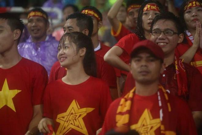 """Thiếu nữ Việt đẫm nước mưa, nhuộm đỏ Mỹ Đình """"sưởi ấm"""" Công Phượng, """"Đức Eto""""o"""" 9"""