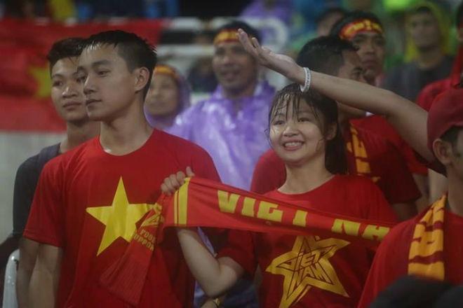 """Thiếu nữ Việt đẫm nước mưa, nhuộm đỏ Mỹ Đình """"sưởi ấm"""" Công Phượng, """"Đức Eto""""o"""" 10"""