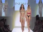 Thời trang - Thót tim vì người mẫu mặc bikini ngắn khó tin khi diễn