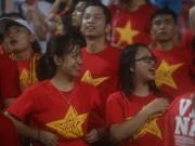 """Thiếu nữ Việt đẫm nước mưa, nhuộm đỏ Mỹ Đình  """" sưởi ấm """"  Công Phượng,  """" Đức Eto ' o """""""