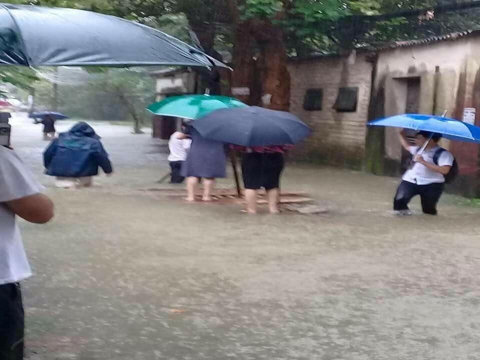 """Xôn xao hình ảnh nữ chủ tịch phường đứng trên bè để dân kéo """"đi thị sát lụt"""" - 3"""