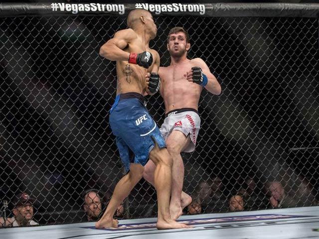 """UFC cực khó chịu: Bám dai như đỉa, bóp vụn """"Búa tạ"""" 1"""