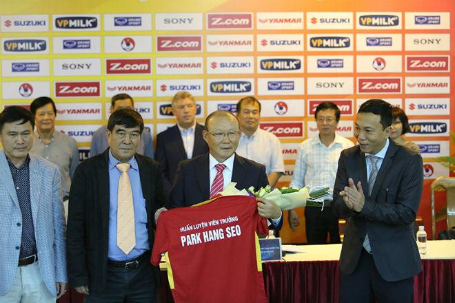 HLV Park Hang Seo cấm tuyển thủ Việt Nam đưa vợ, bạn gái vào phòng - ảnh 1