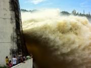 Nước lũ về dồn dập, hồ Hòa Bình liên tục mở thêm cửa xả đáy