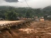 Clip: Lũ cuồn cuộn như muốn  nuốt chửng  cây cầu ở Yên Bái